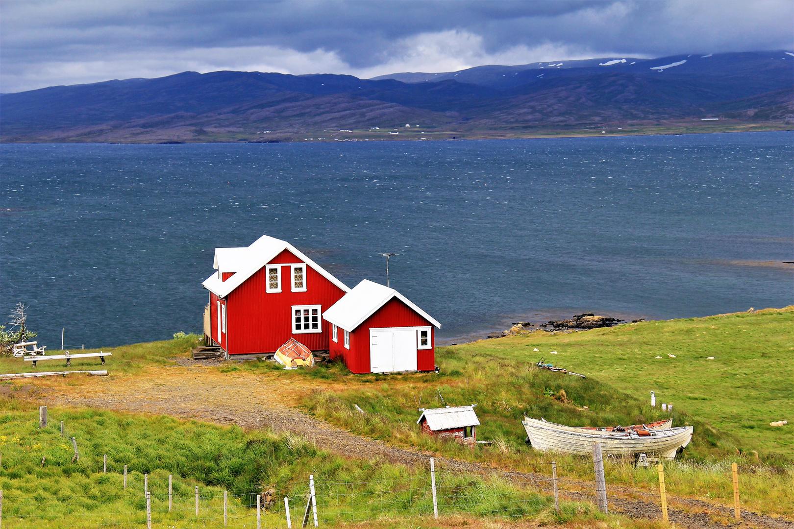 Das rote Haus am Fjord
