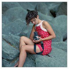 Das rote Kleid in den Felsen