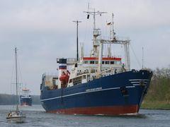 Das russische Forschungsschiff AKADEMIK KARPINSKIY auf dem Nord-Ostsee-Kanal.