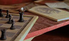 Das Schachspiel im roten Schrank