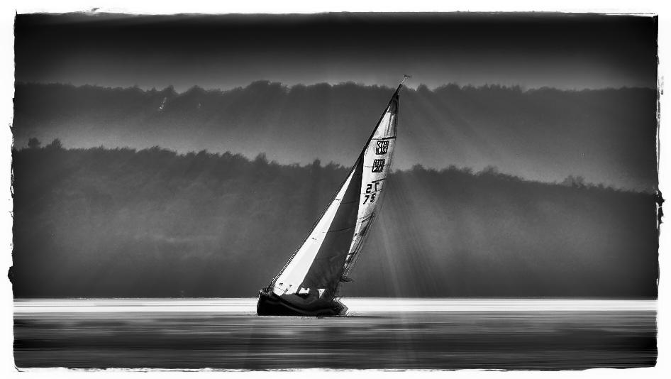 Das Segelboot in den letzten Sonnenstrahlen