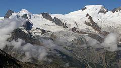 Das Sommerszenario über dem 1800m hochgelgenen Saas Fee im Wallis...