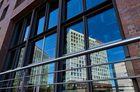 Das Spiegelgebäude spiegelt sich in der Speicherstadt Hamburg...