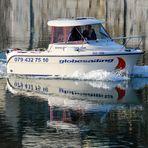 Das spiegelnde Motorboot