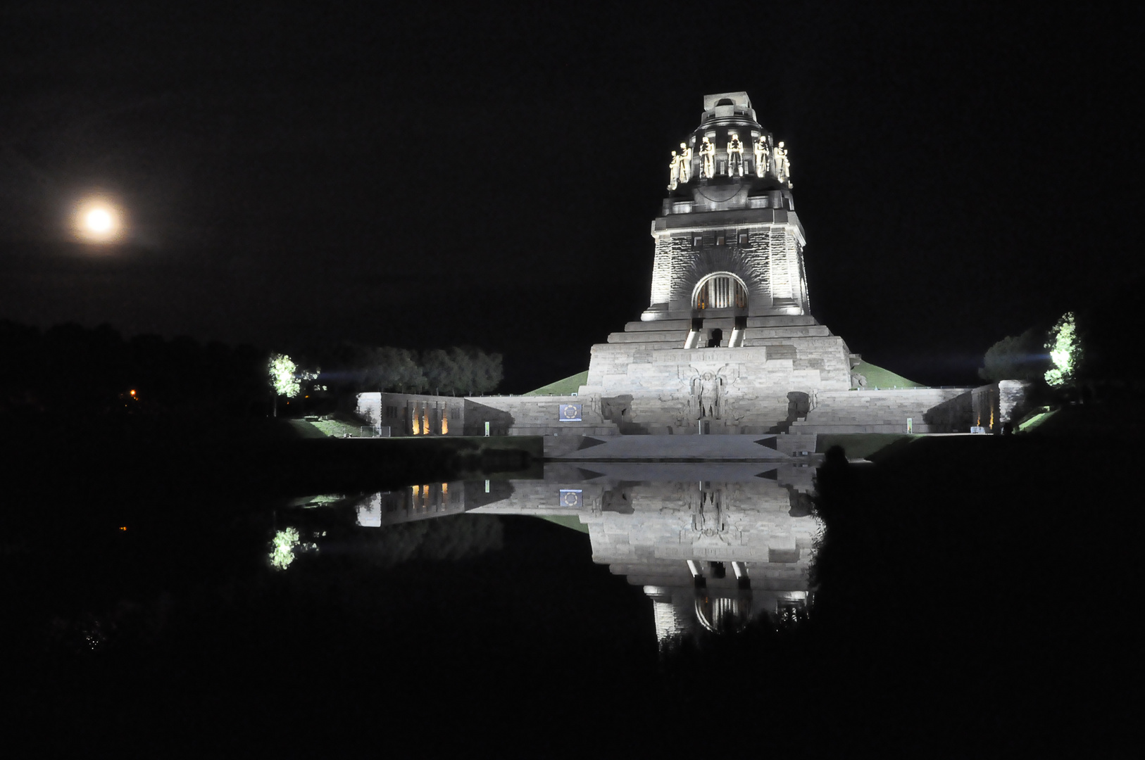 Das Völkerschlachtdenkmal bei Nacht kurz vor dem 200jährigen Jubiläum der Völkerschlacht bei Leipzig
