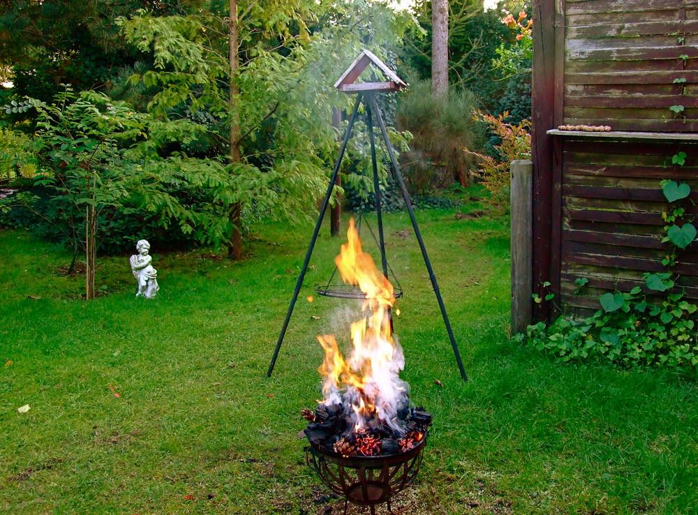Das Vogelhäuschen ist schon drauf***Aber die Grillkohle brennt auch schon ?