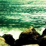 Das Wasser bricht sich an den Steinen