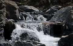Das Wasser springt über die Steine