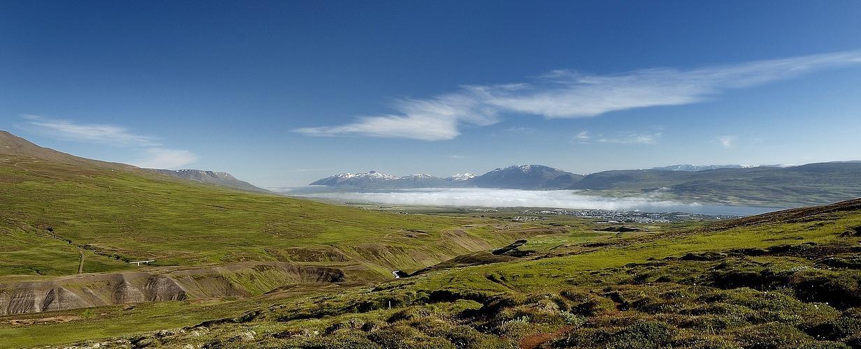 Das weit ins Land hineinreichende Fjord Eyjafjörður (Island) liegt noch im Frühnebel.