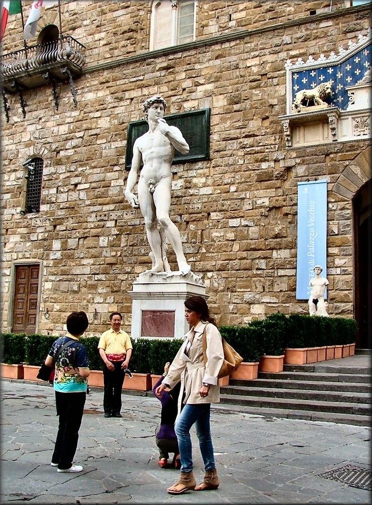 David di Michele Angelo e turisti a Firenze.