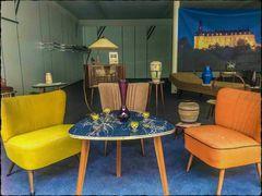 Dazumal- Wohnzimmer mit Polstern und Glotze