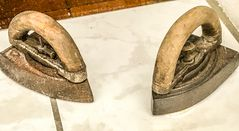 Dazumal- Zwei alte Bügeleisen
