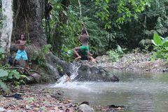 De la serie Saltos  en el río 1