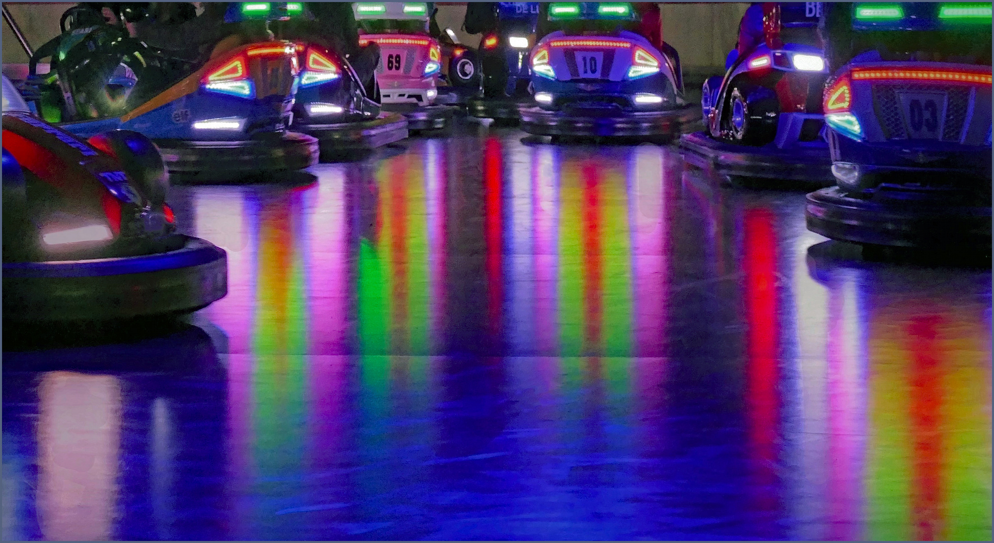 débauche  de couleurs  des autos-Tamponneuses.....