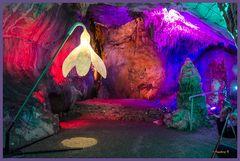 Dechenhöhe - eine Bühne in der Höhle bunt beleuchtet