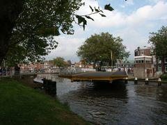 Delft, Oostpoortbrug, das Schiff ist durch, die Brücke wird geschlossen