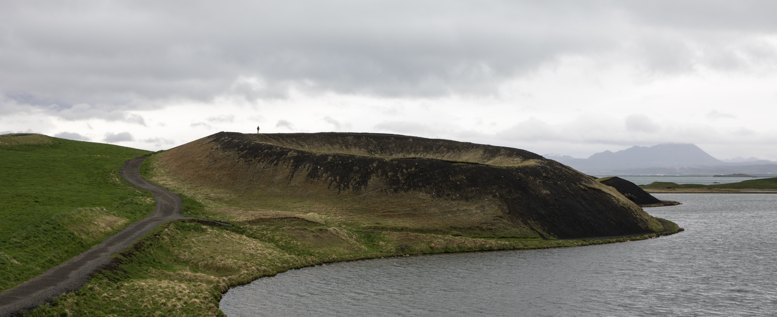 Dem Kraterrand entlang