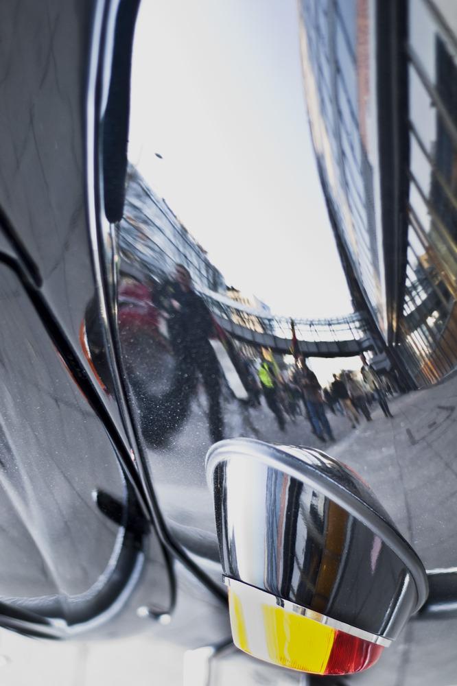 Demo im Spiegelbild eines VW-Käfers