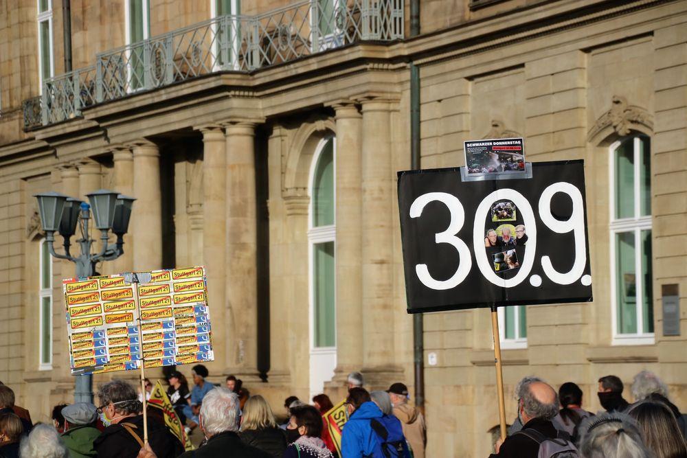 Demo Stgt OBEN BLEIBEN Ca-20-84-col Plakat