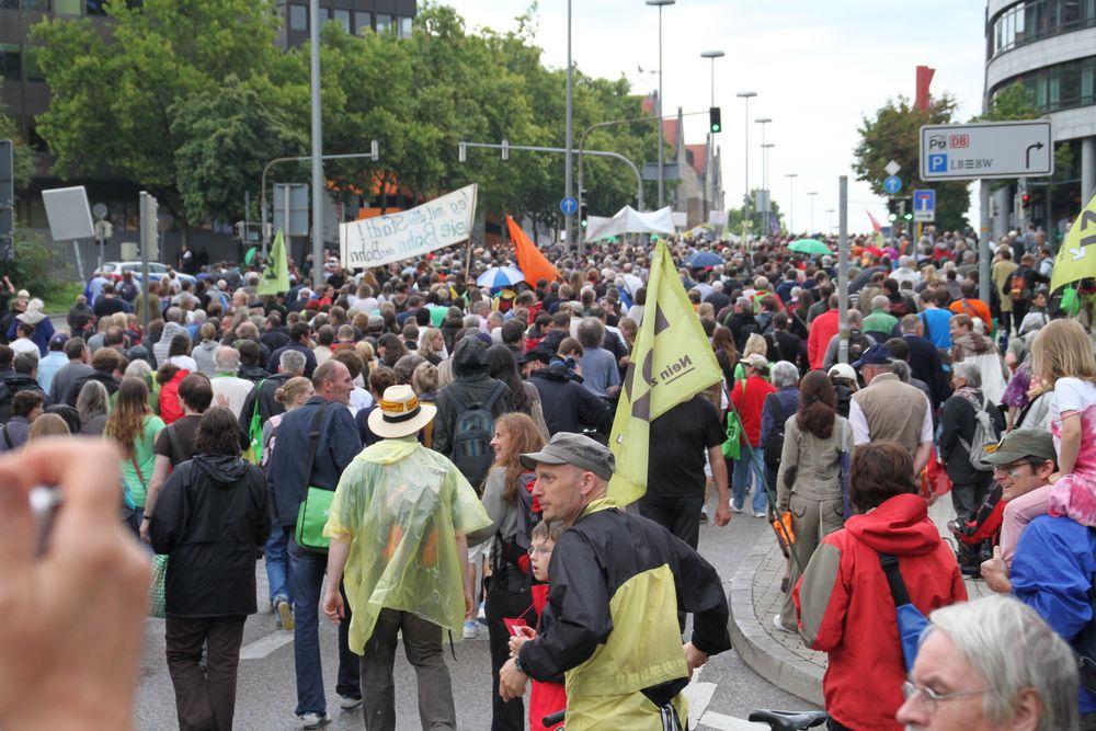 Demonstranten auf der grossen Strasse beim HBF Stuttgart K21