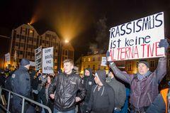 """Demonstranten von """"einfach handeln"""" protestieren gegen """"Vereint für Stralsund"""" - 4.3.2016, Stralsund"""