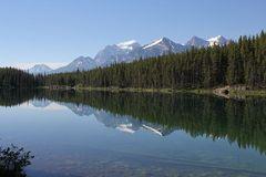 Den idyllischen Herbert Lake am südlichen Anfang des Icefield Parkway...