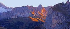 Den Sonnenaufgang am Sellajoch in den Dolomiten erleben...