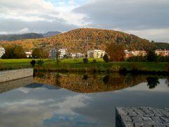 Denzlingen: Herbstspiegelung des Einbollen im See des Kultur- und Bürgerhauses