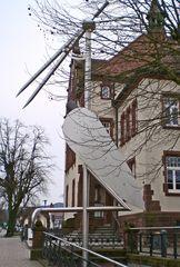 Denzlingen: Storchenplastik vor dem Alten Rathaus