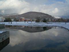 Denzlingen: Winterspiegelung des Einbollen im See des Kultur- und Bürgerhauses