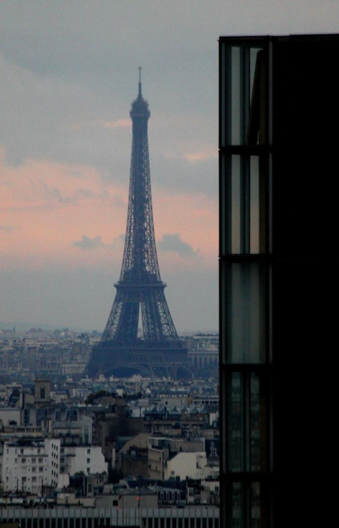 Depuis le dernier étage de la tour ouest de la TGB (18). La Tour Eiffel
