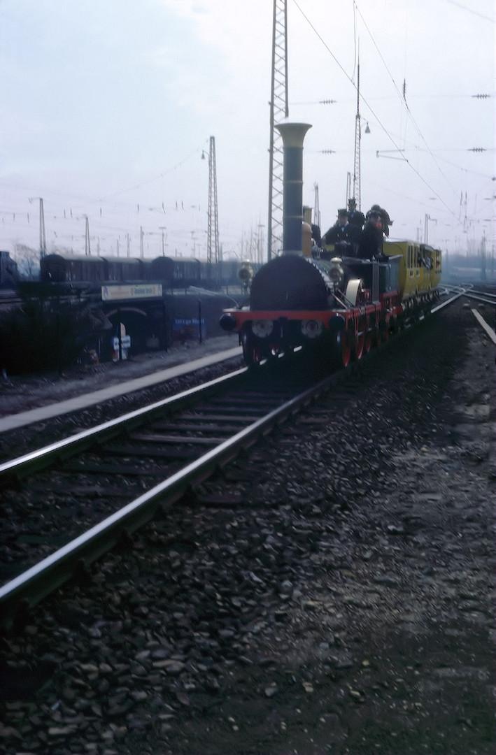 Der Adler-Zug in der Einfahrt Köln-Mülheim (150 Jahrfeier)
