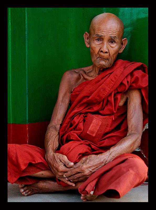 Der alte Mönch saß in einer dunklen Mauerecke der überaus prächtigen Shwedagon-Pagode