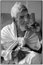 Der alte Opa, 97, der immer noch an seine Zigarre zieht