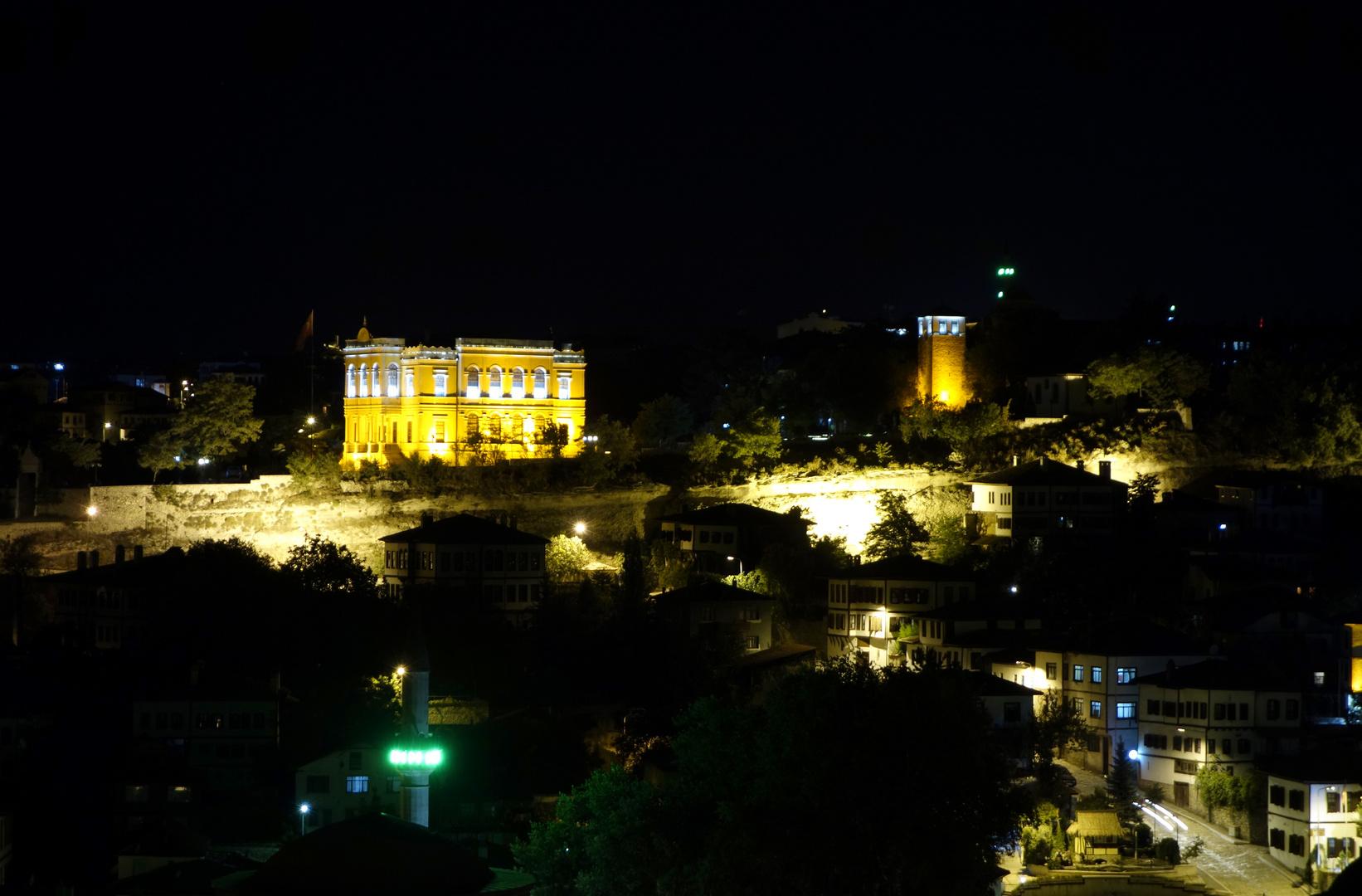 Der alte Regierungspalast und der Uhrenturm in der Nacht