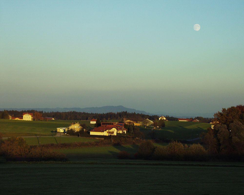 """Der """" bayrische Mond"""" von der untergehenden Sonne beleuchtet"""