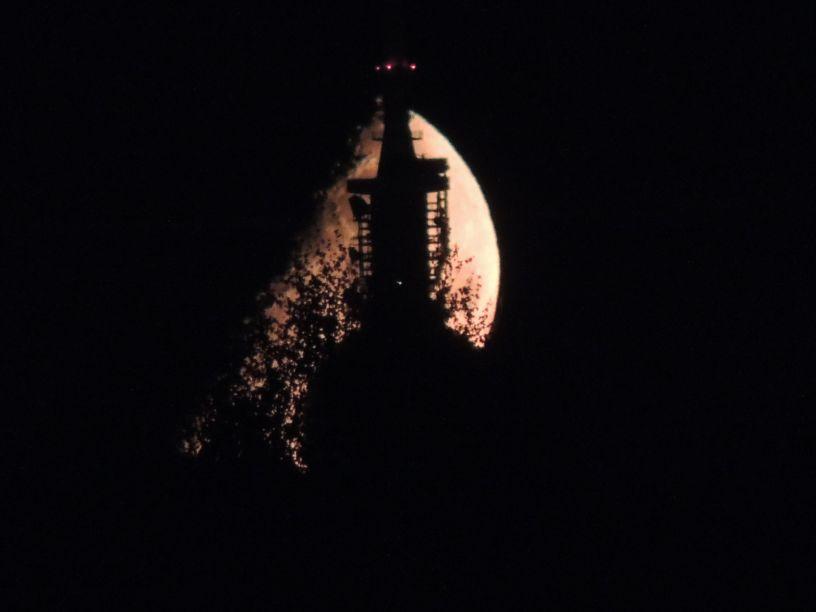 Der berliner Fernsehturm ist vor dem Mond