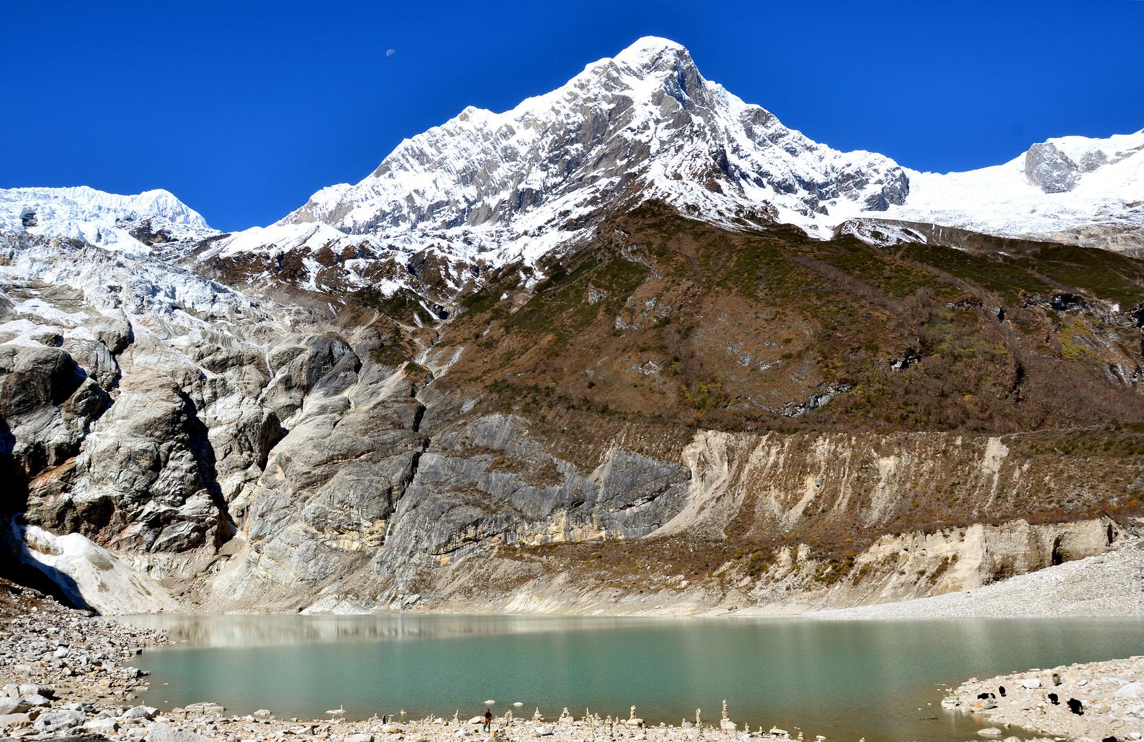 Der Birendra-See mit Naike Peak (6211m)