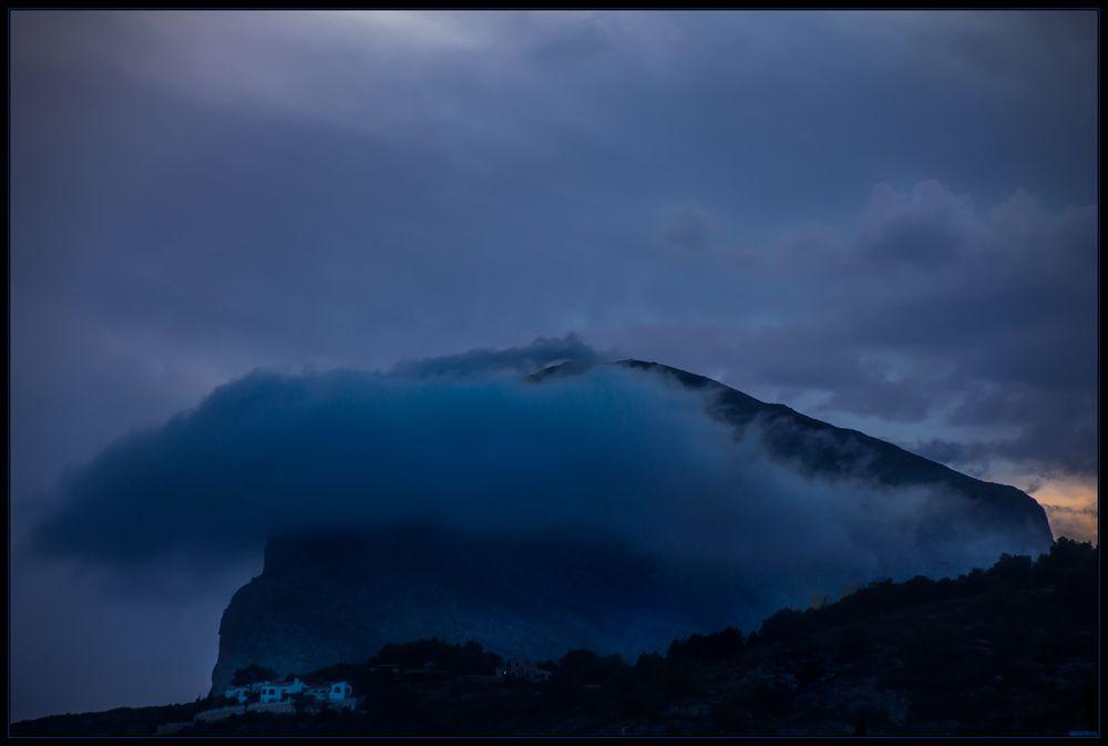 Der blaue Berg - der Montgo - und die blaue Wolke...