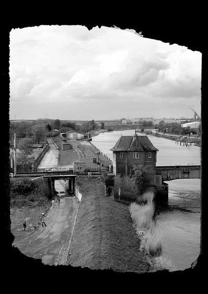 Der Blick auf die Eisenbahnbrücke an der Stör ....