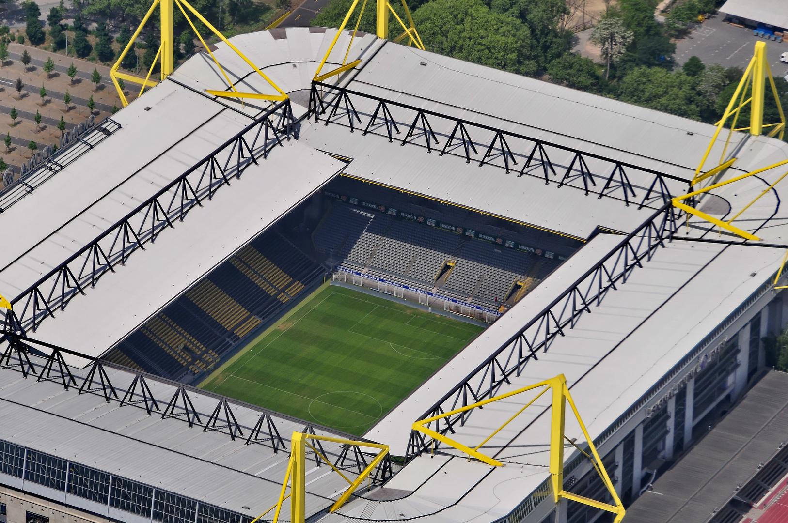 Der Blick aus dem Cockpit der Tante Ju auf / in das Dortmunder Westfalenstadion (Signal - Iduna - St