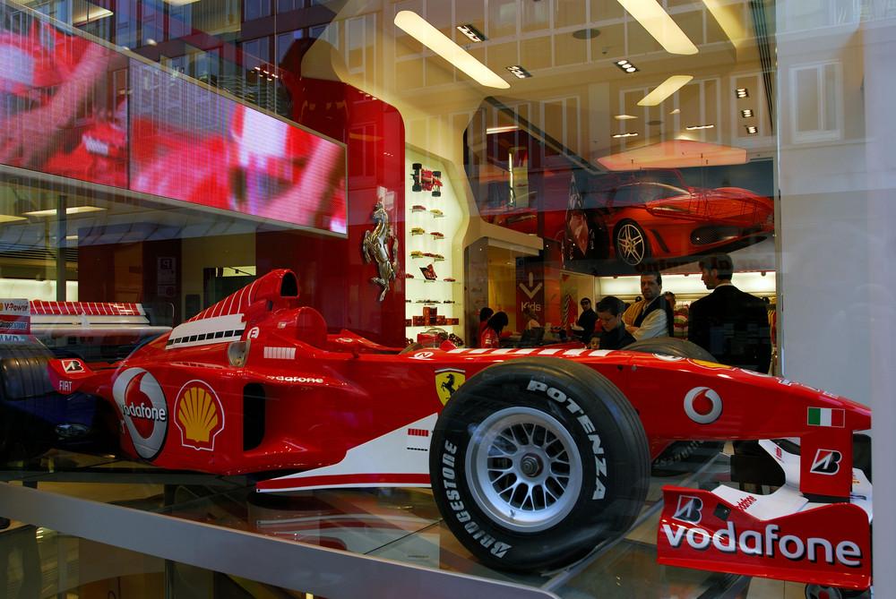 Der Bolide im Ferrari-Shop in Milano