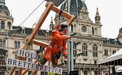"""Der """"Bretterretter"""" vor dem Grazer Rathaus ..."""