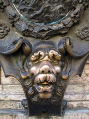 Der Bronzewidder hält seinen Kopf hin, er will gestreichelt werden.