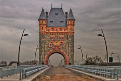 Der Brückenturm an der Nibelungenbrücke
