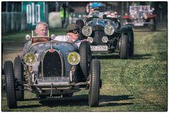 Der Bugatti führt das Feld an