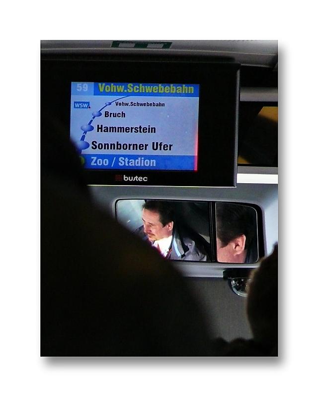 Der Bus wollte schon immer mal Schwebebahn sein ... (der Fahrer grinst)