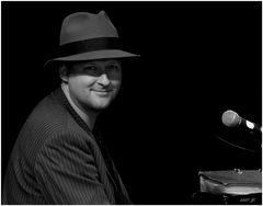 der coole Mann am Klavier