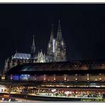 Der Dom zu Köln im Vordergrund der Bahnhof.