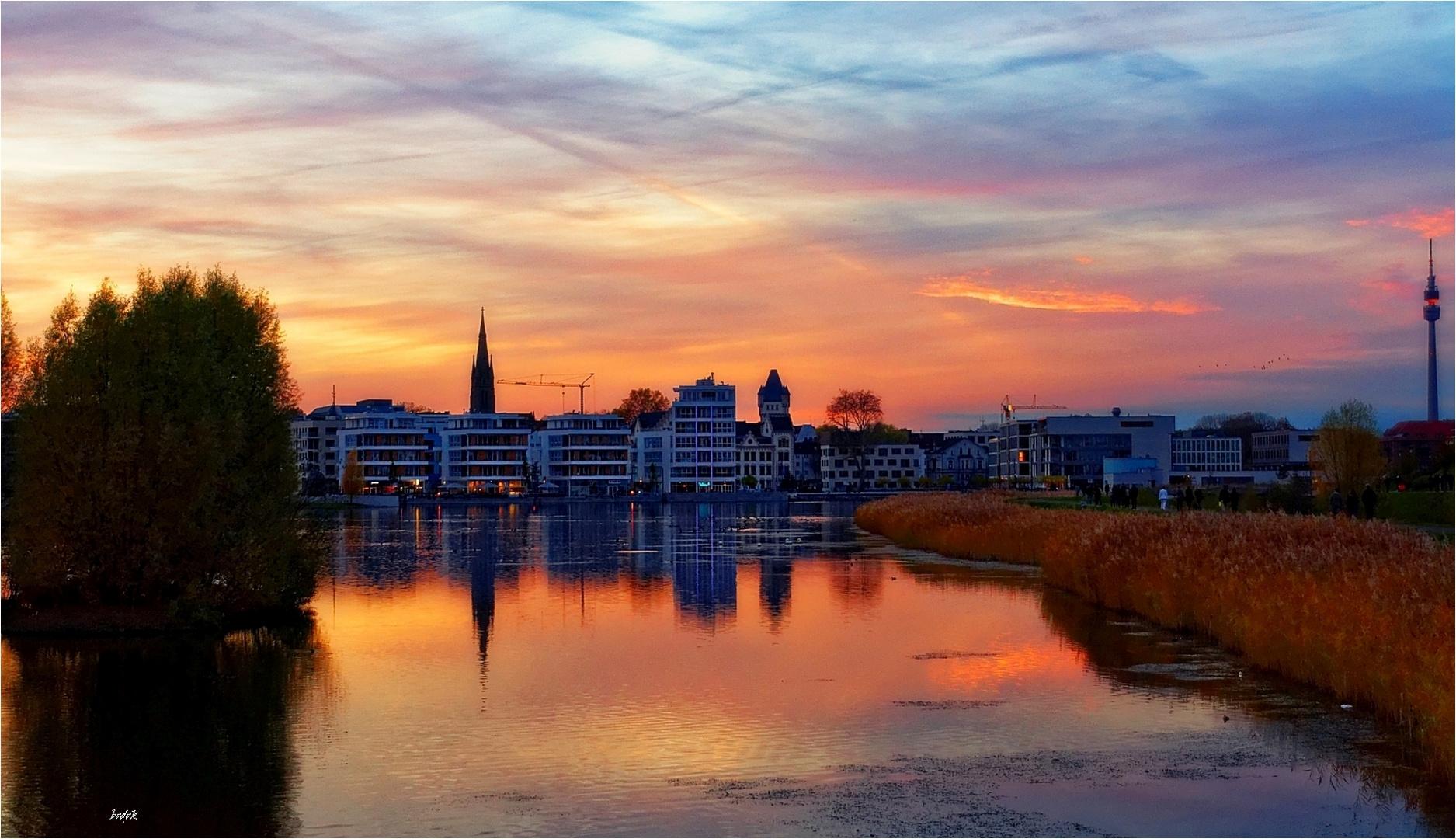 Der Dortmunder Phoenix-See in schönem Abendlicht